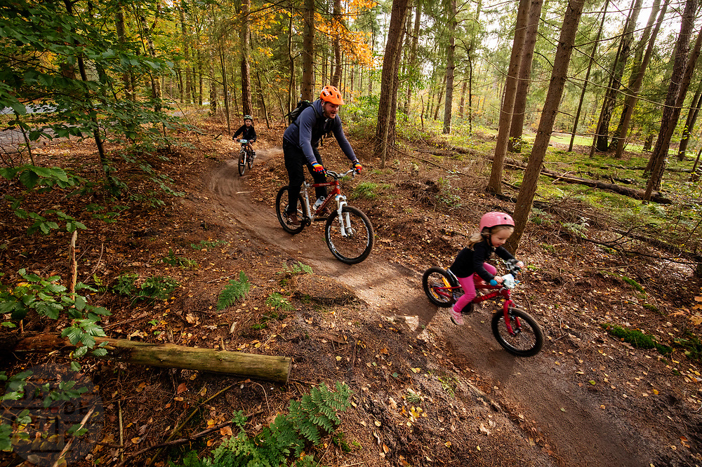 In Austerlitz wordt de Take Your Kids Mountain Biking Day gehouden. Op de zondagochtend is de mountainbikeroute voor de kinderen die met hun ouders gaan mountainbiken. Het wordt dit jaar voor de eerste keer gehouden, de inschrijving was binnen 24 uur vol.<br /> <br /> In Austerlitz the Take Your Kids Mountain Biking Day takes place. This day the mountain bike trail is especially for the young children who want to ride with their parents.