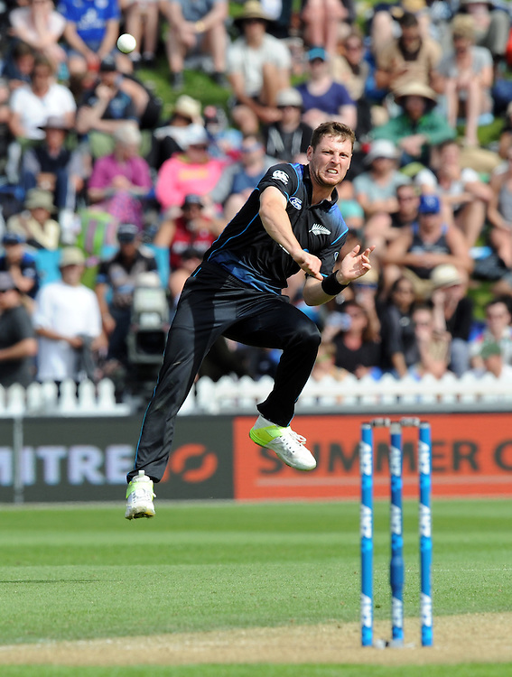 New Zealand's Matt Henry attempts to throw down the stumps against Pakistan in the 1st ODI International Cricket match at Basin Reserve, Wellington, New Zealand, Monday, January 25, 2016. Credit:SNPA / Ross Setford
