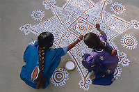 Inde. Rajasthan. Village des environs de Tonk. Femme realisant des peintures au sol (Mandana). // India. Rajasthan. Village around Tonk. Childrens painting ground (Mandana).
