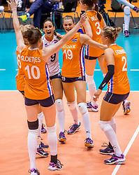 27-08-2017 NED: World Qualifications Bulgaria - Netherlands, Rotterdam<br /> De Nederlandse volleybalsters hebben in Rotterdam het kwalificatietoernooi voor het WK van volgend jaar in Japan ongeslagen afgesloten. Oranje was in z'n laatste wedstrijd met 3-0 te sterk voor Bulgarije: 25-21, 25-17, 25-23. / Vreugde bij het Nederlands team
