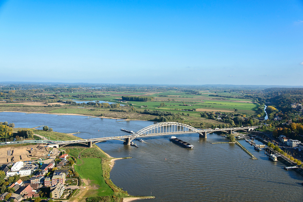 Nederland, Gelderland, Nijmegen, 24-10-2013. Rivier De Waal met Waalbrug bij Lent. Grondwerkzaamheden voor de dijkteruglegging Lent (Ruimte voor de Rivier). De dijken worden landinwaarts verplaats en er wordt een nevengeul gegraven. De huizen op de dijk blijven bestaan en komen te liggen op het Stadseiland Veur-Lent Nijmegen.<br /> Bridge on the river Waal near Lent. Left of the river groundwork for the Dike relocation of Lent (project Ruimte voor de Rivier: Room for the River). <br /> luchtfoto (toeslag op standaard tarieven);<br /> aerial photo (additional fee required);<br /> copyright foto/photo Siebe Swart.