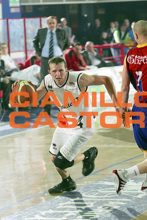 DESCRIZIONE : Montecatini Lega A2 2005-06 Agricola Gloria RB Montecatini Terme Coopsette Basket Rimini<br /> GIOCATORE : Whiting<br /> SQUADRA : Coopsette Basket Rimini<br /> EVENTO : Campionato Lega A2 2005-2006<br /> GARA : Agricola Gloria RB Montecatini Terme Coopsette Basket Rimini<br /> DATA : 12/02/2006<br /> CATEGORIA : Palleggio<br /> SPORT : Pallacanestro<br /> AUTORE : Agenzia Ciamillo-Castoria/Stefano D'Errico