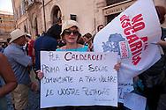 Roma 28 Giugno 2011.Manifestazione per l'emergenza spazzatura a Napoli davanti a Montecitorio.Un cartello contro il ministro Calderoli