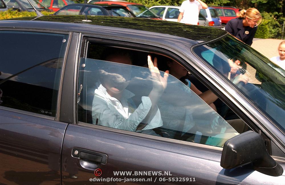 Uitreiking Gouden Vedel, Jamai in auto bijj zus