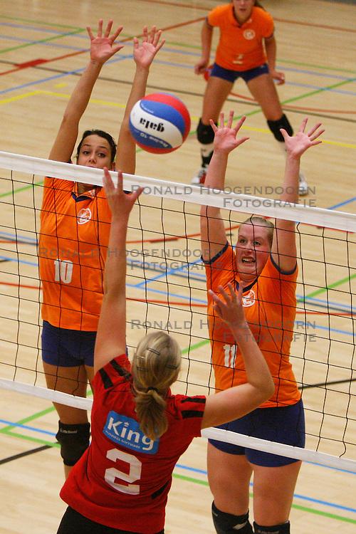 06-10-2012 VOLLEYBAL: TOPDIVISIE VROUWEN KING SOFTWARE VCN - LONGA 59 : CAPELLE AAN DEN IJSSEL<br /> Rianne Nijhof en Madelon van den Berg, Longa 59 proberen een aanval van Marjolein Verhaaf te blokkeren King Software VCN<br /> ©2012-FotoHoogendoorn.nl / Pim Waslander