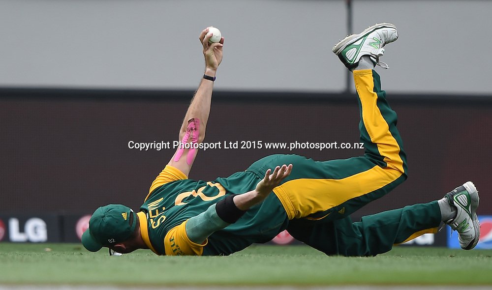 South Africa's Dale Steyn takes a fantastic catch to dismiss  Pakistan's Ahmed Shehzad during the ICC Cricket World Cup 2015 match between South Africa and Pakistan at Eden Park, Auckland. Saturday 7 March 2015. Copyright Photo: Andrew Cornaga / www.Photosport.co.nz