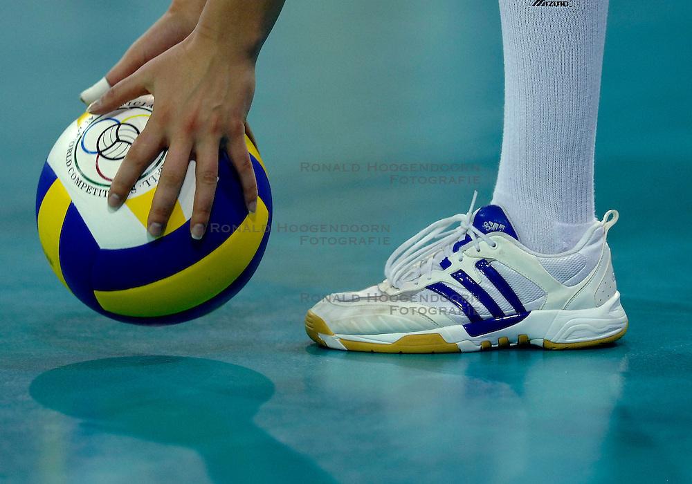 10-11-2007 VOLLEYBAL: PRE OKT: NEDERLAND - OEKRAINE: EINDHOVEN<br /> Nederland wint ook de 3de wedstrijd met 3-0 van Oekraine en plaatst zich voor het OKT in Duitsland begin januari / Service Mikas Adidas schoen volleybal item creative illustratief<br /> &copy;2007-WWW.FOTOHOOGENDOORN.NL