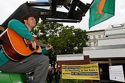 """Vor Beginn des """"Bürgerdialogs Standortsuche""""der """"Kommission Lagerung hoch radioaktiver  Abfallstoffe"""" haben die Bürgerinitiative Lüchow-Dannenberg und die Anti-Atom-Organisation .ausgestrahlt protestiert und auf das deutsche Atommüll-Desaster aufmerksam gemacht. <br /> <br /> Ort: Berlin<br /> Copyright: Andreas Conradt<br /> Quelle: PubliXviewinG"""