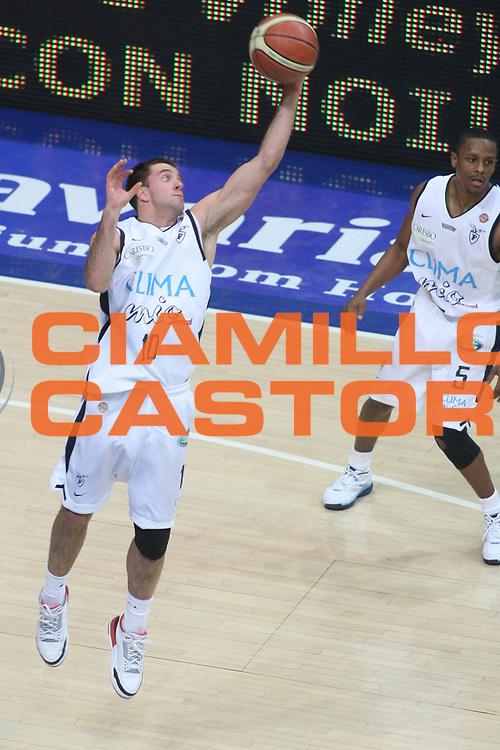 DESCRIZIONE : Bologna Lega A1 2006-07 Climamio Fortitudo Bologna VidiVici Virtus Bologna <br /> GIOCATORE : Cavaliero <br /> SQUADRA : Climamio Fortitudo Bologna <br /> EVENTO : Campionato Lega A1 2006-2007 <br /> GARA : Climamio Fortitudo Bologna VidiVici Virtus Bologna <br /> DATA : 11/03/2007 <br /> CATEGORIA : Rimbalzo <br /> SPORT : Pallacanestro <br /> AUTORE : Agenzia Ciamillo-Castoria/G.Ciamillo