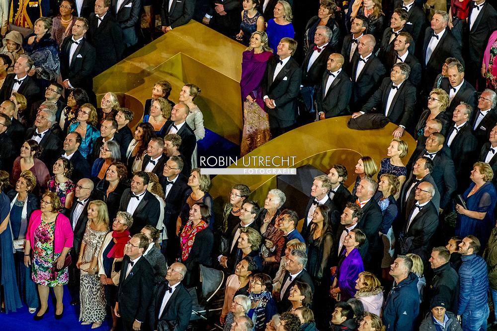 28-4-2017 AMSTERDAM - Honderden mensen gaan op de foto met koningin Maxima en Willem-Alexander na afloop van een feestelijk diner met 150 Nederlanders van vijftig jaar die werden uitgenodigd ter gelegenheid van de 50ste verjaardag van de koning. De groepsfoto wordt een gigapixel-foto waarin zover kan worden ingezoomd, zodat iedereen op de foto zichzelf kan terugvinden. groepsfoto Koning Willem-Alexander nodigt ter gelegenheid van zijn 50ste verjaardag 150 Nederlanders uit voor een feestelijk diner op vrijdagavond 28 april 2017 op het Koninklijk Paleis Amsterdam. Na het diner wordt het Paleis 50 uur onafgebroken opengesteld voor het publiek. Hare Majesteit Koningin Maxima is ook aanwezig tijdens de avond. Koning 50 jaar: diner en openstelling Koninklijk Paleis Amsterdam. COPYRIGHT ROBIN UTRECHT<br /> <br /> 28-4-2017 AMSTERDAM - King Willem-Alexander invites 150 Dutchmen for a festive dinner on Friday evening 28 April 2017 at the Royal Palace Amsterdam. After dinner, the Palace will be open to the public for 50 hours uninterruptedly. Her Majesty Queen Maxima is also present during the evening. King 50 years: dinner and opening Royal Palace Amsterdam. COPYRIGHT ROBIN UTRECHT
