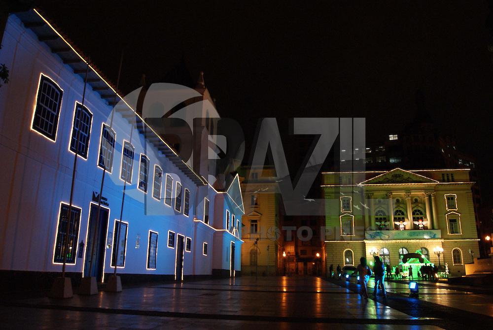 SÃO PAULO, SP, 14 DE DEZEMBRO 2009 - DECORAÇÃO NATALINA PÁTEO DO COLÉGIO - Páteo do Colégio tem decoração de luzes e casa do Papai Noel na região central da capital paulista FOTO: BRAZIL PHOTO PRESS