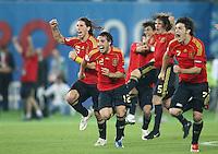 FUSSBALL EUROPAMEISTERSCHAFT 2008  Viertelfinale Spanien - Italien    22.06.2008 Schlussjubel ESP; Sergio Ramos, Santi Cazorla, Carles Puyol, und David Villa jubeln nach dem letzten verwandelten Eflmeter von Cesc Fabregas (ESP)