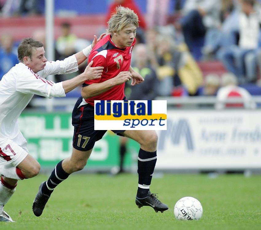 Fotball<br /> Landskamp U21<br /> Danmark v Norge 1-3<br /> Helsing&oslash;r<br /> 05.10.2006<br /> Foto: Morten Olsen, Digitalsport<br /> <br /> Alexander S&oslash;derlund - Norge og Vard Haugesund rives ned av danske Martin Spelmann fra Br&oslash;ndby som fikk r&oslash;dt kort for forseelsen