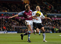 Fotball<br /> Premier League 2004/05<br /> Aston Villa v Manchester United<br /> 28. desember 2004<br /> Foto: Digitalsport<br /> NORWAY ONLY<br /> Manchester United's Alan Smith (R) battles for possession with Aston Villa's Olof Mellberg
