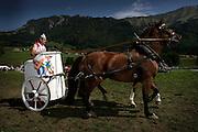 Inspirés par le succès des courses à chevaux agricoles outre-sarine, des organisateurs de la région ont mis sur pied des courses à chevaux champètres attirant des milliers de spectateurs. Course de chars romains incluses! © Romano P. Riedo