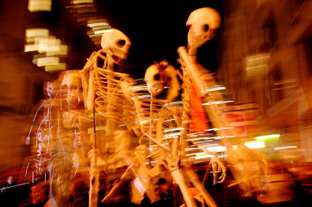 Halloween Parade New York City 2006  6th Avenue Totenkoepfe Skelette Tradition traditionell Brauchtum Kostueme Bevoelkerung Fest Feier USA 31.10..2006; QF; [Farbtechnik sRGB 34.49 MByte vorhanden] Sacharchiv Modernes Leben / Freizeit Karneval Halloween