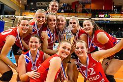 19-02-2017 NED: Bekerfinale Sliedrecht Sport - VC Sneek, Zwolle<br /> In een uitverkochte Landstede Topsporthal wint Sneek met 3-1 van Sliedrecht Sport / Klaske Sikkes #10 of Sneek, Janieke Popma #2 of Sneek, Roos van Wijnen #11 of Sneek, Quinta Steenbergen #14 of Sneek, Janieke Popma #2 of Sneek, Monique Volkers #12 of Sneek, Paula Boonstra #5 of Sneek