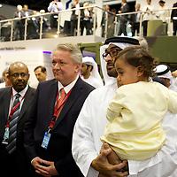 Waffenmesse IDEX in Abu Dhabi. ABU DHABI, EMIRAT ABU DHABI, VEREINIGTE ARABISCHE EMIRATE. Die Idex ist eine der weltweit groeßten Waffenmessen. Hochrangige Vertreter aus Politik, Militaer und Wirtschaft kommen hier ins Geschaeft. Scheich Muhammad bin Zayid Al Nahyan, Kronprinz von Abu Dhabi und stellvertretender Kommandant der Streitkraefte der VAE, bei einem Besuch des deutschen Pavillons auf der IDEX 2013. 20.02.2013, RAW vorhanden - Martin von den Driesch / VISUM