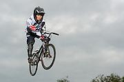 BMX-Fahrer springt über ein Hindernis