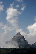 Die 20 km lange Passstrasse auf die Ibergeregg (Passhöhe 1406 m ü. M.) verbindet die Ortschaften Schwyz und Oberiberg im Kanton Schwyz. Blick auf die Mythen. © Romano P. Riedo