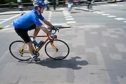 Een wielrenner rijdt langs het Ledig Erf in Utrecht.<br /> <br /> A cyclist on a racing bike in Utrecht.