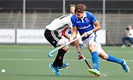 AMSTELVEEN - Hockey - Hoofdklasse competitie heren. AMSTERDAM-KAMPONG (2-2). Bjorn Kellerman (Kampong) met links Fergus Kavanagh (A'dam).    COPYRIGHT KOEN SUYK
