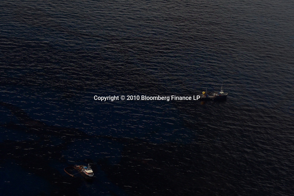 A support vessel skim oil on the surface of the water in the Gulf of Mexico off the coast of Louisiana, U.S., on Saturday, June 19, 2010. The BP Plc oil spill, which began when the leased Transocean Deepwater Horizon oil rig exploded on April 20, is gushing as much as 60,000 barrels of oil a day into the Gulf of Mexico, the government said. Photographer: Derick E. Hingle/Bloomberg
