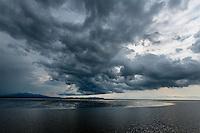 Atardecer y nubes de tormenta sobre  la costa del  golfo de San Miguel, Provincia de Darien,  Océano Pacífico de Panamá.   El golfo de San Miguel es el estuario más grande de Panamá, con una extensión de unos 1,760 km2.
