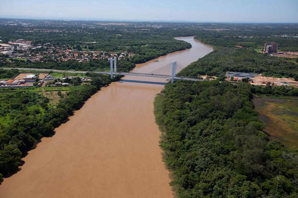 Cuiaba_MT, Brasil...Imagem aerea do Rio Cuiaba tendo com detalhe a Ponte Estaiada, Cuiaba, Mato Grosso...Aerial view of Cuiaba river and cable-stayed bridge, Cuiaba, Mato Grosso...Foto: LEO DRUMOND / NITRO