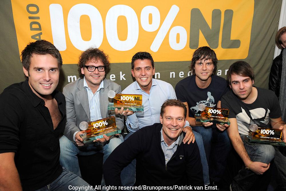 100 procent NL Awards 2010 in de studio van 100procent NL.<br /> <br /> Op de foto:<br /> <br />  De 100% NL Award winnaars  Jan Smit , Hansen Tomas , Nick en Simon , Guus Meeuwis en Albert Verlinden