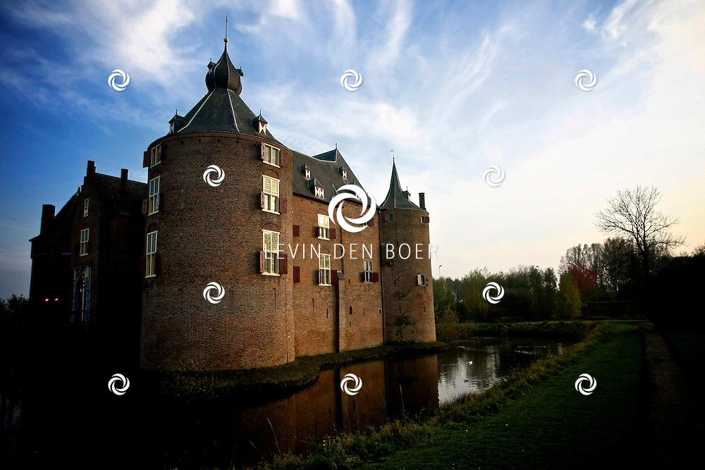 AMMERZODEN - De bouwdatum van het kasteel is onbekend. Maar in het jaar 1026 (21 juli) wordt reeds gesproken over een heerlijkheid in een oorkonde van vrouwe Berta. Rothardus 'de Ambersoi' en zijn broer Wiricus voerden toen het bewind. In een document uit 1196 wordt gesproken van 'Ambershoye'. In 1286 was Johan van Harlaer heer van Ammerzoden. Zijn nakomelingen droegen de heerlijkheid ongeveer een eeuw later over aan Arnold van Hoemen, de heer van Middelaar. De eerste zekere vermelding van het huidige kasteel zelf dateert uit 1354 toen Arent van Ammersoyen het via overerving verwierf. Het is een van de best bewaarde middeleeuwse waterburchten in Nederland. De oorspronkelijke opzet door een Van Herlaer van omstreeks 1350 is goed behouden, ondanks verbouwingen in de 17de eeuw. FOTO LEVIN DEN BOER - PERSFOTO.NU
