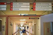 Nederland, Boxmeer, 14-1-2009In de gang van een regionaal ziekenhuis zitten patienten te wachten. Foto: Flip Franssen