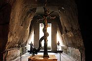 Ercolano, Italia - 23 novembre 2012. Turisti visitano una grotta all'interno degli scavi archerologici di Ercolano (Herculaneum) in cui è conservata una statua dell'Idra, la mitologica figura sconfitta da Ercole. Il sito archologico di epoca romana, patrimonio dell'Unesco, distante solo pochi km da Pompei, ha riportato alla luce tesori antichi di inestimabile valore. A differenza di Pompei, ad Ercolano sono stati ritrovati reperti organici ed in legno che hanno permesso agli archeologi di studiare in modo più approfondito le abitudini dell'epoca. Ph. Roberto Salomone Ag. Controluce.ITALY - Tourist visit a cave inside of which is preserved a statue of Hydra, the mityologicasl creatur defeated by Hercules in the archeological site of Herculaneum on November 23, 2012. The world heritage site of roman age, just a few miles away from Pompeii has brought to life treasures that made it possible for archeologists to study in a more detailed way the lifestyle of ancient romans.