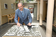 Nederland, Oosterhout, 20050817..Maquette Stichting Bejaardenzorg Oosterhout..Algemeen directeur drs. Geert Schreur.