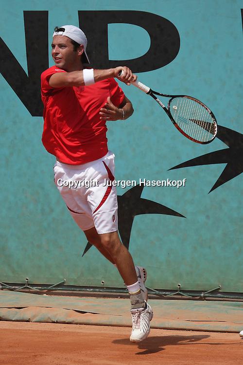 French Open 2009, Roland Garros, Paris, Frankreich,Sport, Tennis, ITF Grand Slam Tournament,  <br /> <br /> Albert Montanes (ESP) spielt eine Vorhand,forehand,action,Schlagende,springt<br /> <br /> Foto: Juergen Hasenkopf