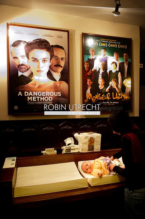 AMSTERDAM - Ouders met baby's kijken naar de film in The Movies in Amsterdam waar vanaf 9 maart speciale voorstellingen zijn.