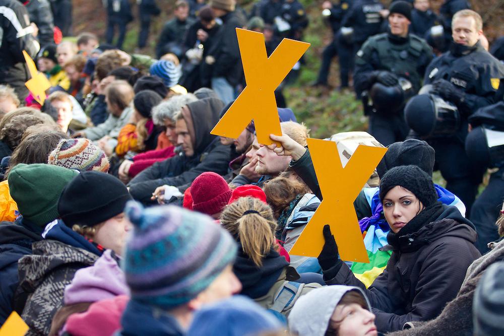 Germany - Deutschland - HERE: Blockade of train tracks; Protest against Nuclear Waste; CASTOR Transport nach Gorleben im November 2010 - Atommüll, Kernenergie, Widerstand , Protest; HIER: ca 3000 Menschen bei Gleisbesetzung in Harlingen; 07.11.2010; coypright Christian Jungeblodt