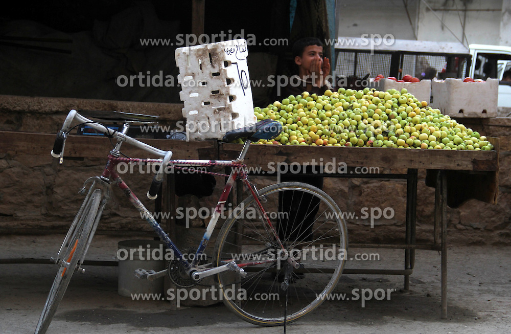 03.07.2015, Aleppo, SYR, Marktplatz in Aleppo, im Bild Verk&auml;ufer bieten ihre Waren an // A Syrian street vendor sells apples at a popular marketplace during Ramadan, Muslim believers abstain from eating, drinking, smoking and having sex from dawn until sunset. Ramadan is sacred to Muslims because it is during that month that tradition says the Koran was revealed to the Prophet Mohammed. The fast is one of the five main religious obligations under Islam, Syria on 2015/07/03. EXPA Pictures &copy; 2015, PhotoCredit: EXPA/ APAimages/ Ameer al-Halbi<br /> <br /> *****ATTENTION - for AUT, GER, SUI, ITA, POL, CRO, SRB only*****