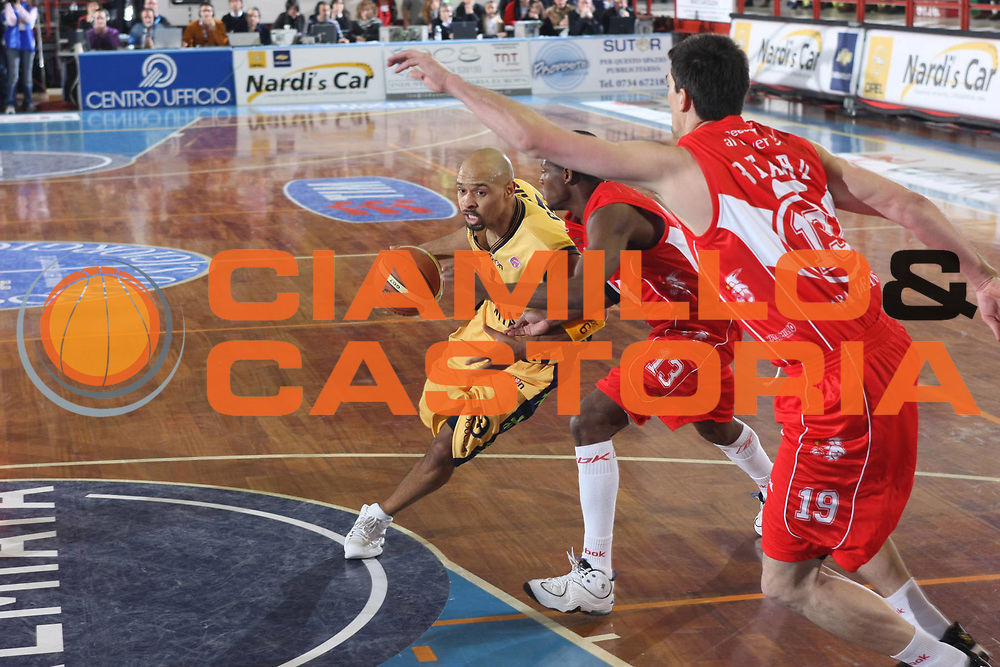 DESCRIZIONE : Porto San Giorgio Lega A1 2008-09 Premiata Montegranaro Armani Jeans Milano<br /> GIOCATORE : Kiwane Garris<br /> SQUADRA : Premiata Montegranaro <br /> EVENTO : Campionato Lega A1 2008-2009<br /> GARA : Premiata Montegranaro Armani Jeans Milano<br /> DATA : 15/02/2009<br /> CATEGORIA : Penetrazione<br /> SPORT : Pallacanestro<br /> AUTORE : Agenzia Ciamillo-Castoria/C.De Massis<br /> Galleria : Lega Basket A1 2008-2009<br /> Fotonotizia : Porto San Giorgio Campionato Italiano Lega A1 2008-2009 Premiata Montegranaro Armani Jeans Milano<br /> Predefinita : si