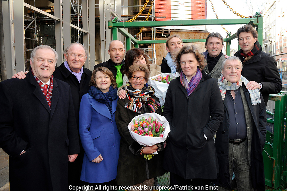 Hoogste Punt De La Mar Theater <br /> Op de foto:<br /> <br /> Joop en Janine van den Ende samen met enkele acteurs waaronder Linda van Dijck, Jon van Eerd, Stanley Burleson en Marc Klein Essink