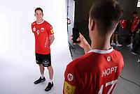 Volleyball 1. Bundesliga  Saison 2018/2019  Media Day Fotoshooting  TV Rottenburg  07.09.2018 Jannis Hopt (re) fotografiert Tim Grozer (li) mit dem Smartphone