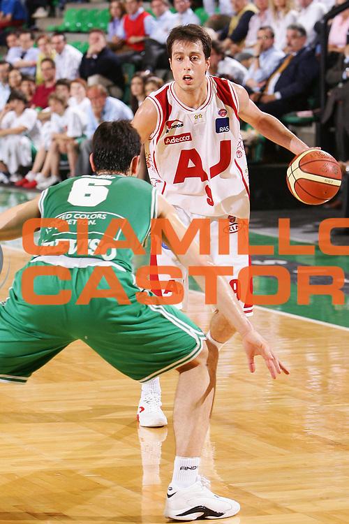 DESCRIZIONE : Treviso Lega A1 2005-06 Play Off Quarti Finale Gara 1 Benetton Treviso Armani Jeans Olimpia Milano <br /> GIOCATORE : Bulleri <br /> SQUADRA : Armani Jeans Olimpia Milano <br /> EVENTO : Campionato Lega A1 2005-2006 Play Off Quarti Finale Gara 1 <br /> GARA : Benetton Treviso Armani Jeans Olimpia Milano <br /> DATA : 17/05/2006 <br /> CATEGORIA : Palleggio <br /> SPORT : Pallacanestro <br /> AUTORE : Agenzia Ciamillo-Castoria/S.Silvestri
