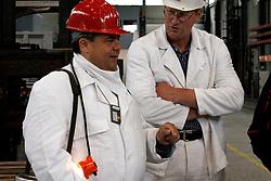 Sigmar Gabriel (SPD; links im Bild), in dessen Wahlkreis das havarierte Atommülllager ASSE II liegt, nutzt den Besuch des neuen Bundesumweltministers Peter Altmaier (CDU) zu einem weiteren medialen Auftritt. <br /> <br /> Ort: ASSE<br /> Copyright: Michaela Mügge<br /> Quelle: PubliXviewinG