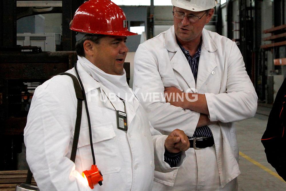 Sigmar Gabriel (SPD; links im Bild), in dessen Wahlkreis das havarierte Atomm&uuml;lllager ASSE II liegt, nutzt den Besuch des neuen Bundesumweltministers Peter Altmaier (CDU) zu einem weiteren medialen Auftritt. <br /> <br /> Ort: ASSE<br /> Copyright: Michaela M&uuml;gge<br /> Quelle: PubliXviewinG