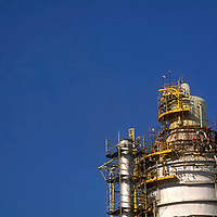 Obreros haciendo mantenimiento de torre de fraccionamiento en refineria petrolera, El Palito, Estado Carabobo, Venezuela