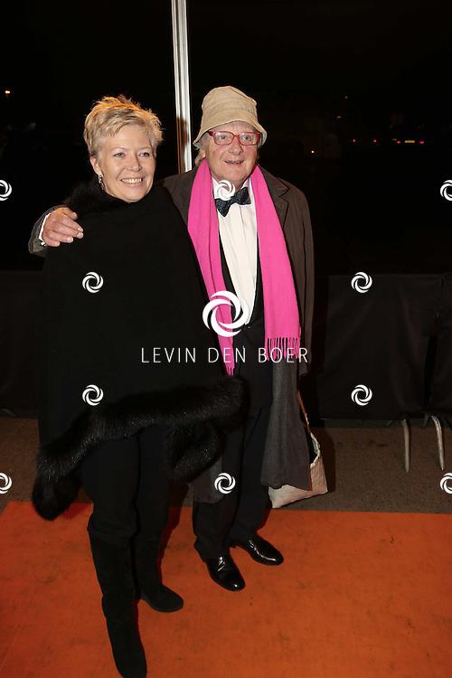 KATWIJK - Ferry Hoogendijk en zijn vrouw zaterdag op de oranje loper van de galapremiere van Soldaat van Oranje - de Musical in de Theater Hangaar op de oude vliegbasis Valkenburg bij Katwijk. FOTO LEVIN DEN BOER - PERSFOTO.NU