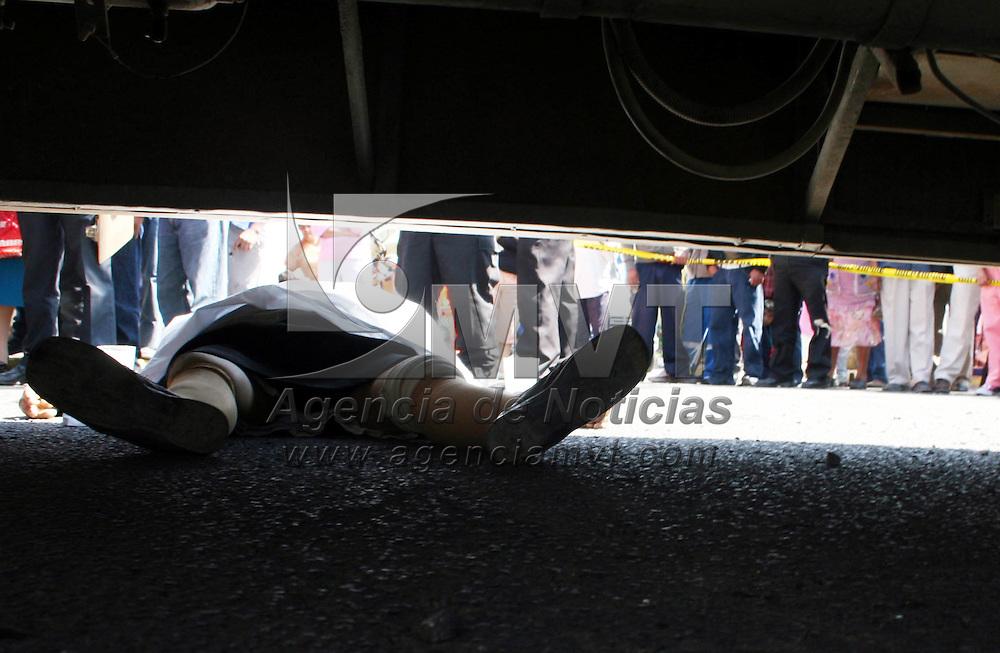 Toluca, Mex.- Una persona de la tercera edad fue atropellada y muerta por un cami&oacute;n de pasajeros de la l&iacute;nea Atsuzi con n&uacute;mero econ&oacute;mico 14, en el centro de la delegaci&oacute;n de San Pedro Totoltepec del municipio de Toluca elementos de la polic&iacute;a estatal y municipal acordonaron el &aacute;rea. Agencia MVT / Jos&eacute; Hern&aacute;ndez. (DIGITAL)<br /> <br /> NO ARCHIVAR - NO ARCHIVE