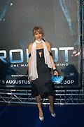 Premiere van I robot in Pathe Arena Amsterdan en in aanwezigheid van Will Smith liepen veel Bekende Nederlanders over de BLAAUWE LOPER.
