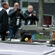 NLD/Amsterdam/20101012 - Herdenkingsdienst overleden Antonie Kamerling, Isa Hoes en kinderen Vlinder en Merlijn in een open Amerikaanse auto