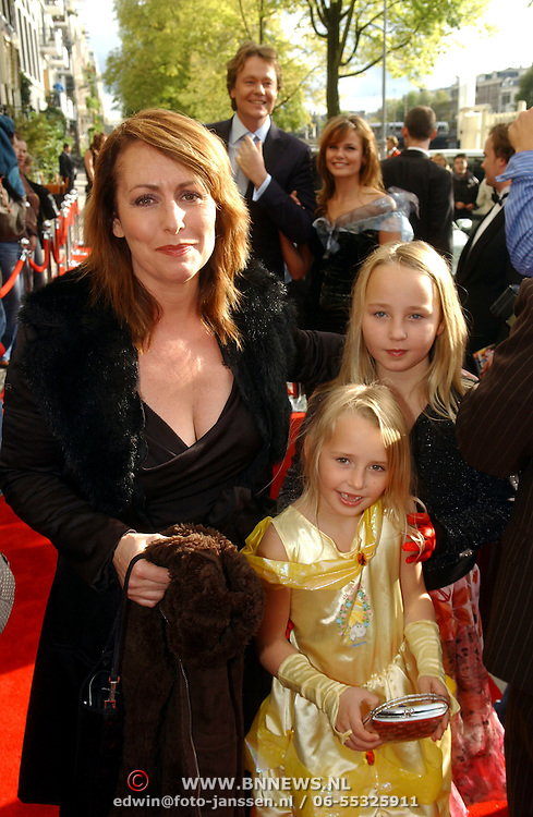 NLD/Amsterdam/20051002 - Premiere Beauty and the Beast, Angela Groothuijzen en dochters Lola en Nona
